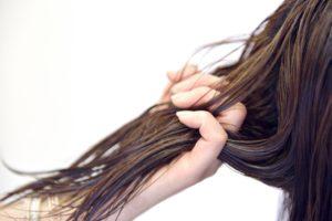 きしんだ髪の毛